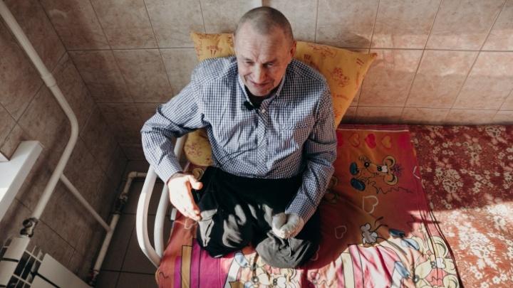 Жил в бараке, работал за еду. История об инвалиде, которого просили попрошайничать в Уфе