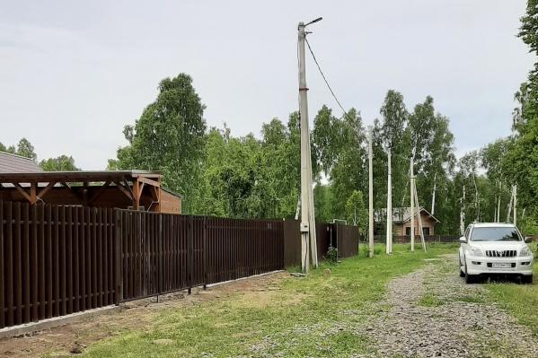 Поселок находится на огороженной территории, куда не попасть посторонним