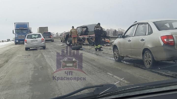 УАЗ попал под два грузовика на трассе «Сибирь» под Красноярском. Двое человек пострадали