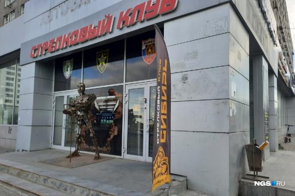 Возле входа стоит железная статуя, рядом с которой фотографируются прохожие