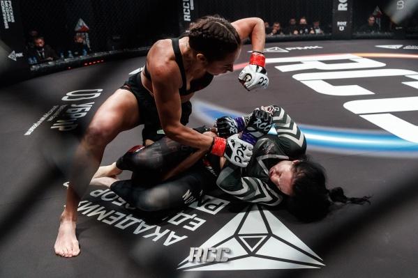 Единственный женский бой завершился в первом раунде