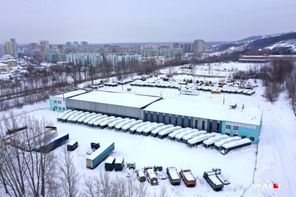 Автобусы стояли на территории транспортного предприятия на улице Сипайловской. А есть еще два: на Цветочной и Центральной