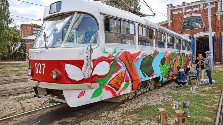 «Надеюсь, рисунок продержится лет 7»: в Самаре испанский художник расписал трамвай