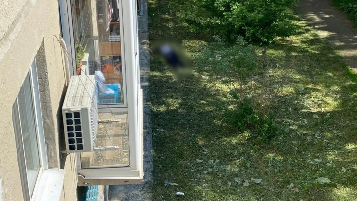 Новосибирец выпал из окна пятого этажа в Пашино