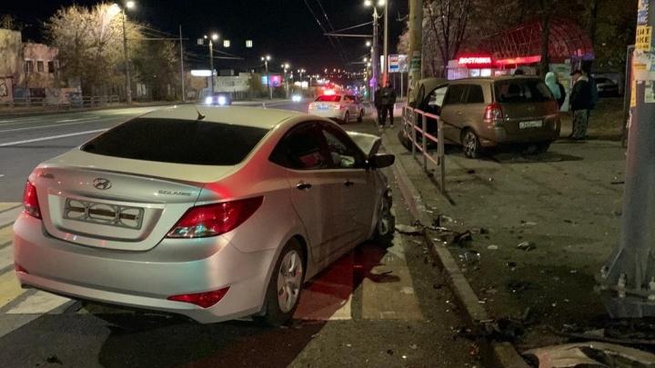 На Комсомольском проспекте иномарка вылетела на остановку, есть пострадавшие