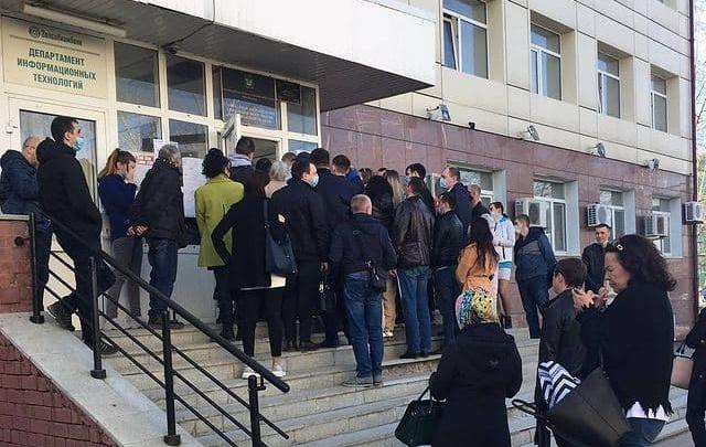 В Тюмени у здания судебных приставов снова выстроились очереди — кто в этом виноват?