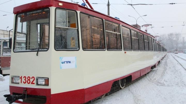 В Волгограде вылетевшая на пути иномарка парализовала движение трамваев