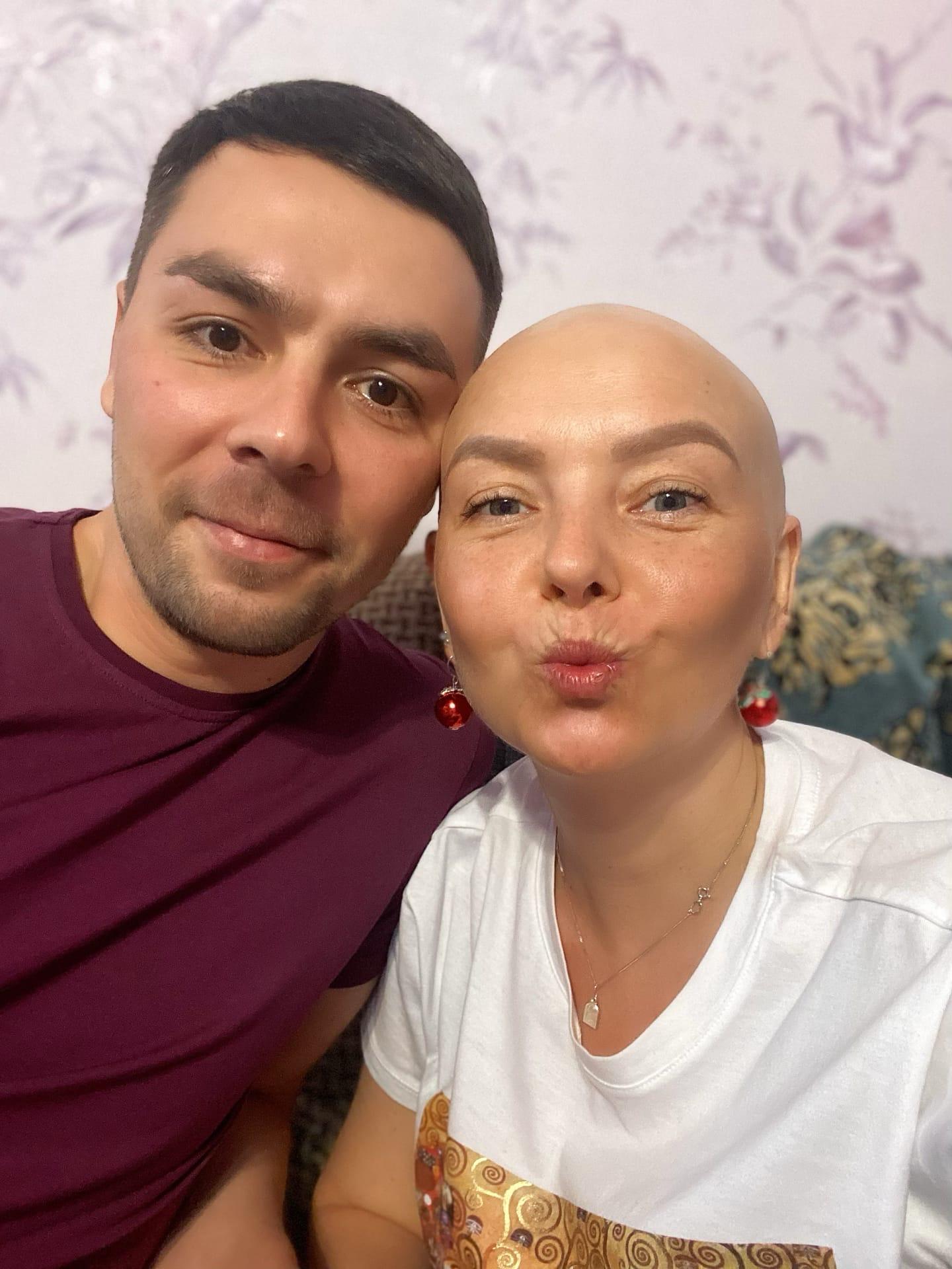Муж навещает Ксению в Тюмени. Из Екатеринбурга не может уехать из-за работы: семье нужны деньги на лечение