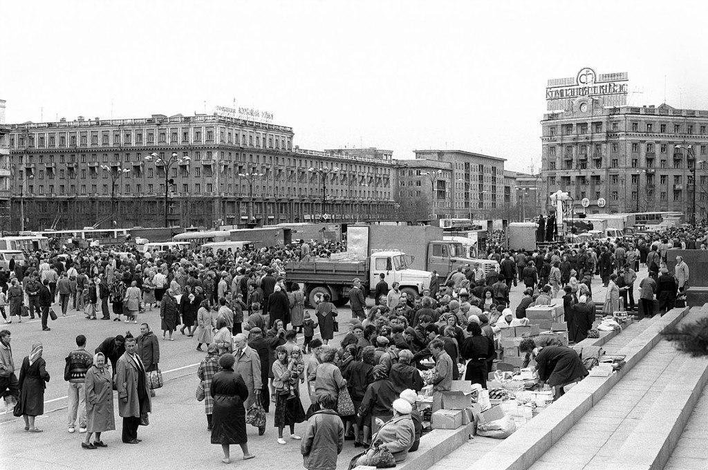В 90-е годы прошлого века на площади Революции ежедневно шла бойкая торговля с грузовиков