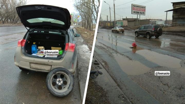 Автомобилисты массово гнут диски колес из-за подтопленных лужами ям на Грунтовой. С кого взыскивать ущерб?