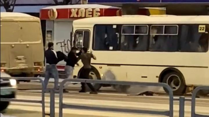 Водителей маршруток, подравшихся на остановке в Челябинске, отчитали за «аморальное поведение»
