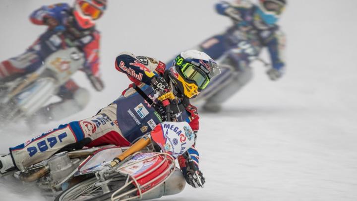 Бруталы с шипами: 20 захватывающих кадров с финала Кубка России по мотогонкам на льду в Новосибирске