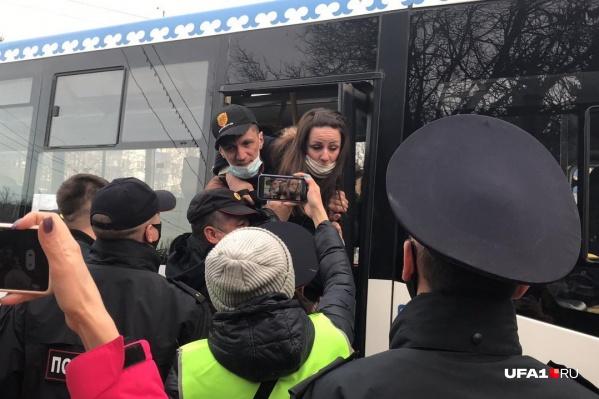 Среди протестующих были те, кто отчаянно сопротивлялся при задержании