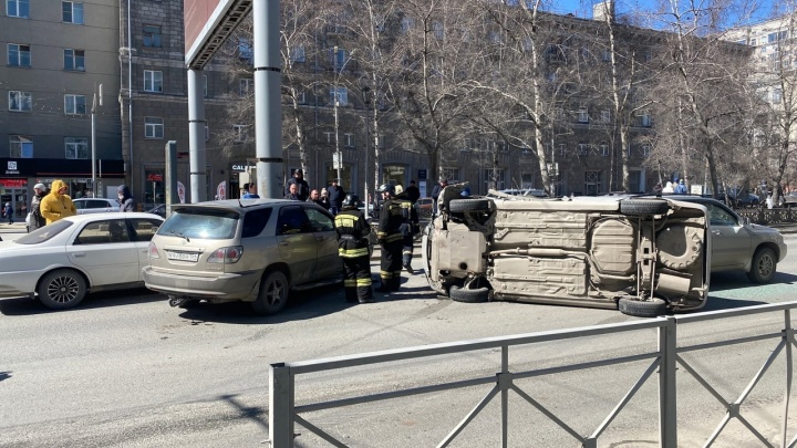 Массовое ДТП на Красном проспекте: столкнулись 5машин, одна перевернулась