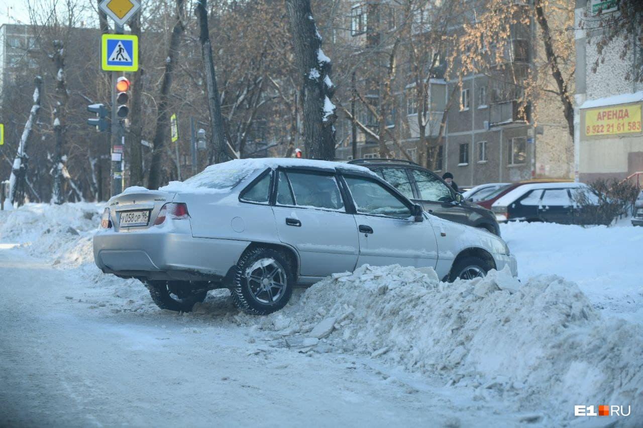 Некоторым приходится парковаться прямо на сугробах