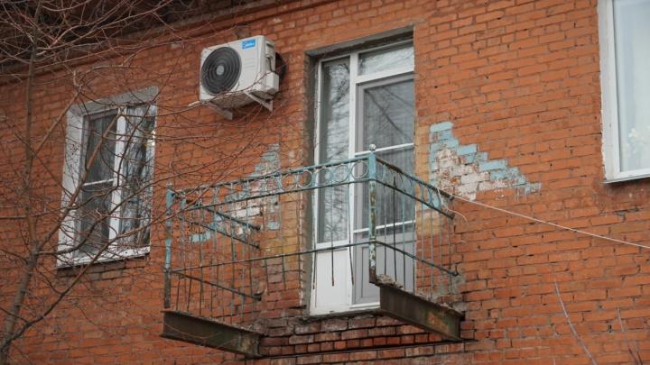 В квартире омской многодетной семьи обрушился балкон