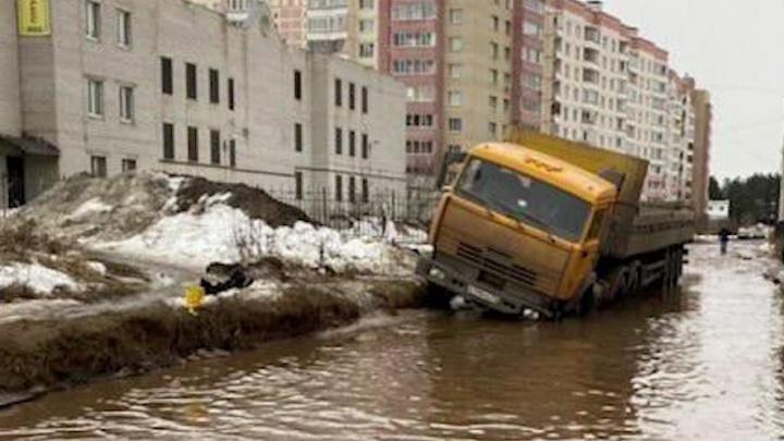 В этом марте выживали как могли: во что превратились дороги в Ярославле. Видео без фильтров