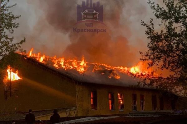 В этот раз горела казарма совсем рядом с жильем