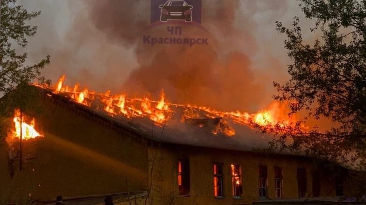 В бывшем военном городке сгорело двухэтажное здание
