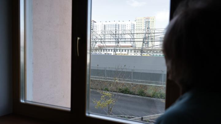 «Будем жить, как возле тюрьмы»: жители девятиэтажки в Челябинске выступили против футбольного манежа под окнами
