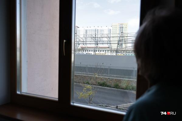 Манеж еще не достроен, а жители дома напротив уже ощутили: света в квартирах стало меньше в разы