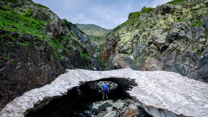 Спасатели приостановили поиски челябинского туриста, пропавшего в горном заповеднике на юге России