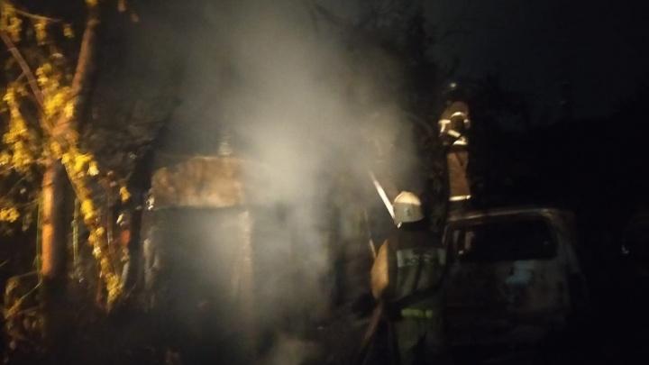 Дом, два автомобиля и склад сгорели из-за удара молнии в СНТ «Ракета»