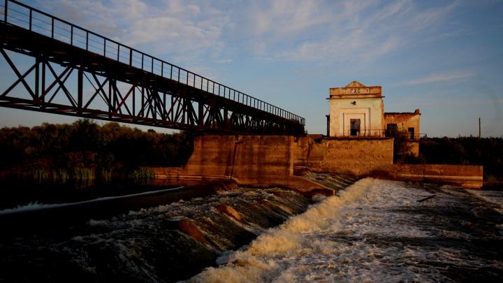 Куда отправиться на выходных: репортаж из 500-летней деревни — с ГЭС, живописным водопадом и запрудой с лилиями