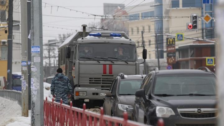К началу акции сторонников Навального в центр Ярославля стянули автозаки