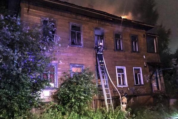 В пожаре сгорела кровля здания и часть помещений второго этажа