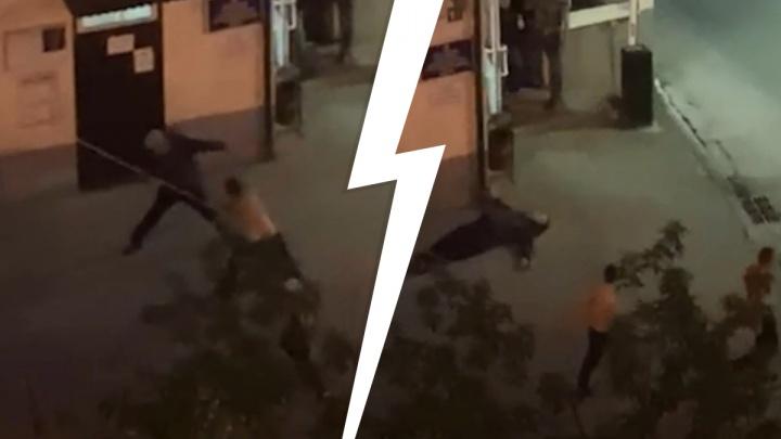 Прохожий, которого в Екатеринбурге амбалы избили трубой, находится в реанимации