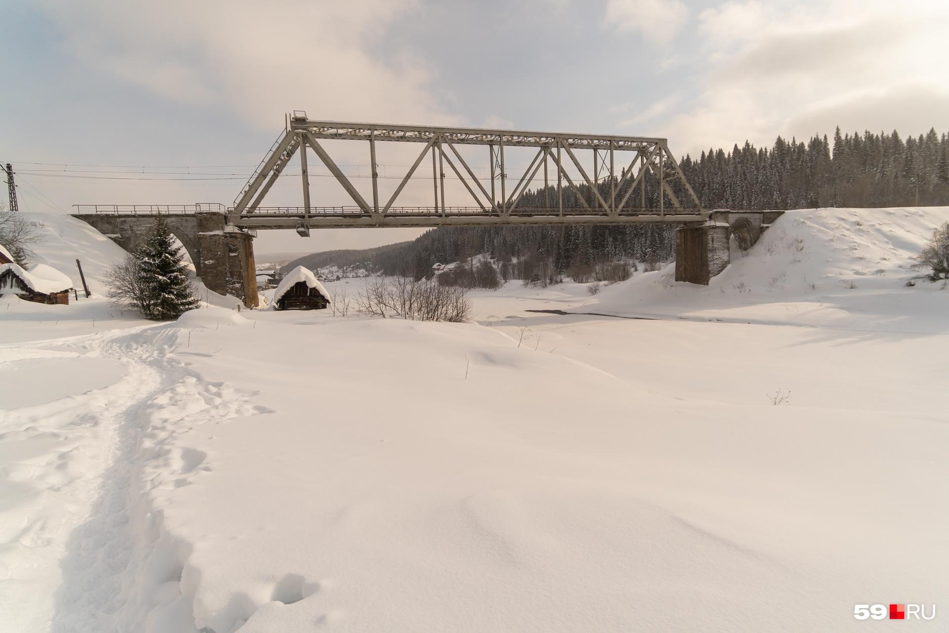 Дорога до столбов начинается от моста