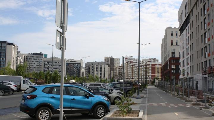Мэр Екатеринбурга поддержал идею платных парковок возле новостроек