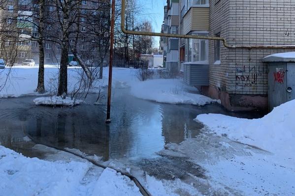 Из-за дырявых труб вся теплая вода оказалась не в квартирах, а на улицах