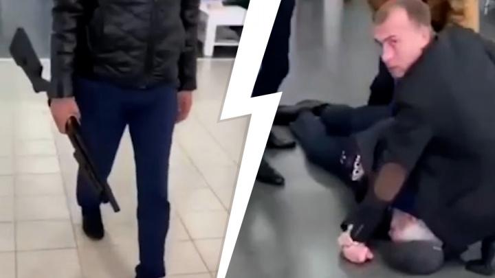 Тюменец с винтовкой заявился в автосалон. Задержание попало на видео