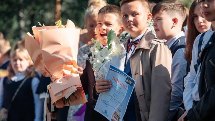От одной розы до роскошной корзины: смотрим, какие букеты кемеровские школьники принесли на 1 Сентября