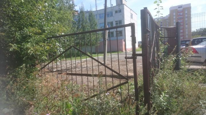 Двор зарос крапивой, а сотрудники бегут: в екатеринбургском техникуме нашли серьезные нарушения