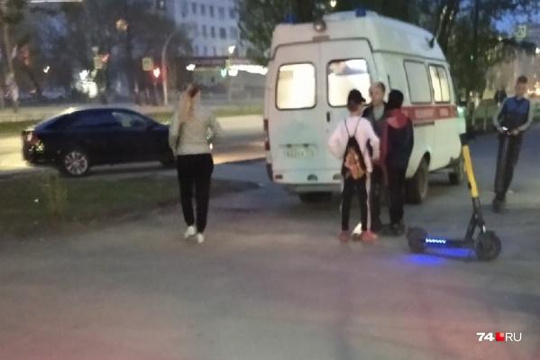 Нерадивый гонщик сбил женщину в 9-м часу вечера, когда на улице стемнело