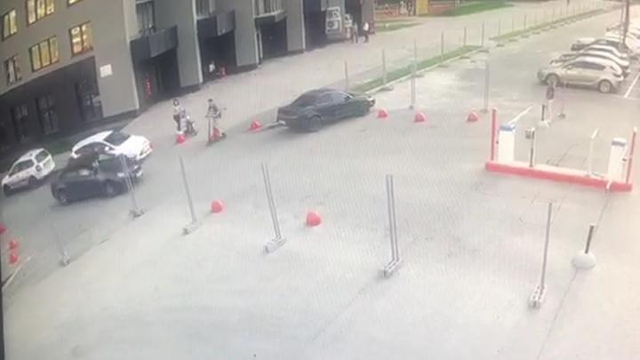 В Екатеринбурге самокатчик гнал по тротуару и врезался в легковушку. Авария попала на видео