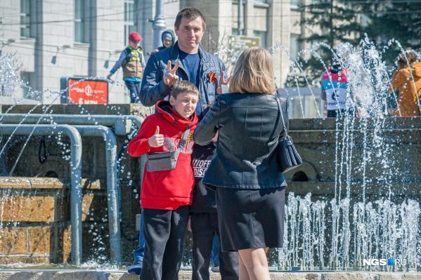 К 9 Мая наконец запустили фонтаны, и сегодня они — самый популярный фон для семейных фото