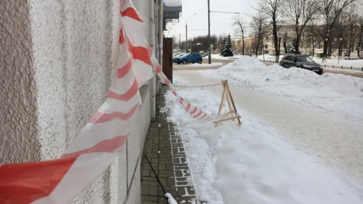 Мэрия обязала ярославцев самостоятельно чистить крыши от снега и сосулек