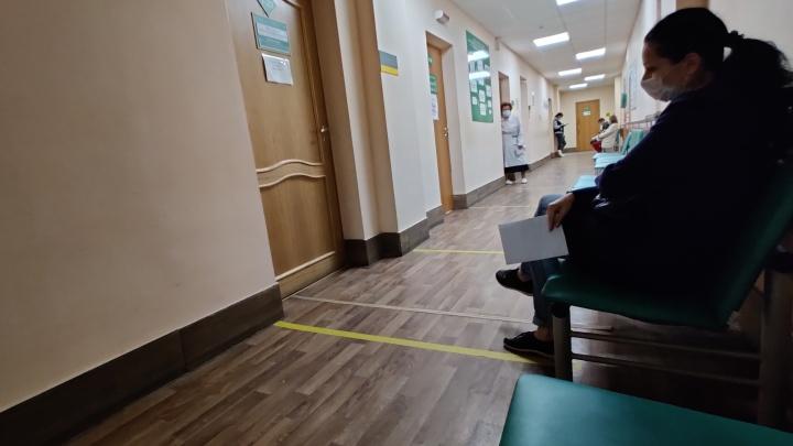 «Сказали, чтобы не переживала, мол, там все с ковидом сидят»: волгоградке пришлось до ночи сидеть в очереди к терапевту