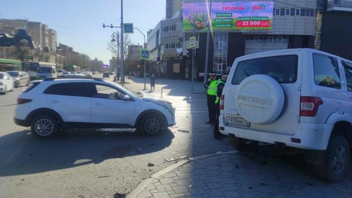 В центре Тюмени автомобиль выбросило на пешеходов — пять человек пострадали