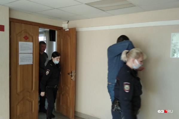 Подсудимые старались спрятаться от камер
