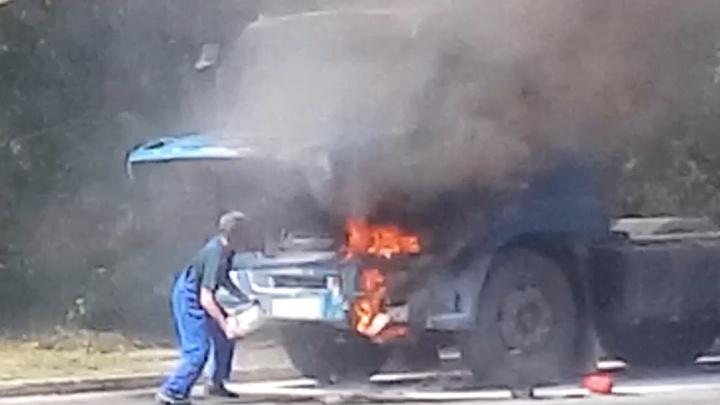 Челябинские автомобилисты потушили горящий грузовик струёй из бетономешалки. Смотрим огненное видео