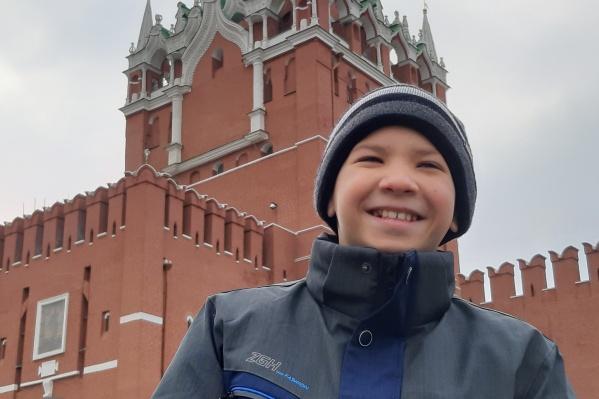 Сейчас Костя живет в Москве с мамой