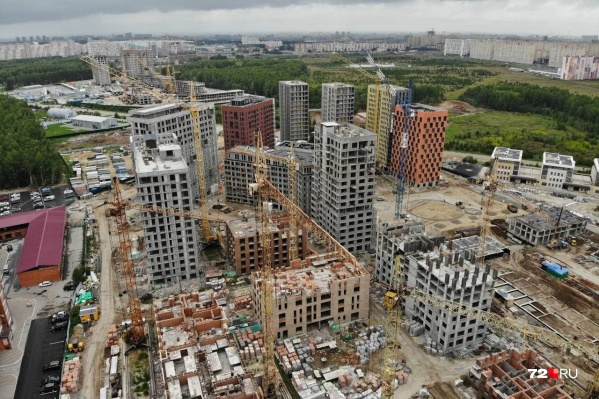 Плотная застройка с высоты выглядит индустриально. Чуть поодаль от Московского тракта строят жилой комплекс разной этажности. Довольно стильно