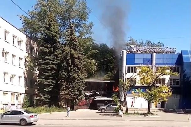 В центре Челябинска загорелось здание известного ночного клуба