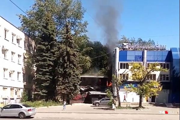 Судя по этому снимку, от горящего мусора огонь всё-таки перешел на пристрой