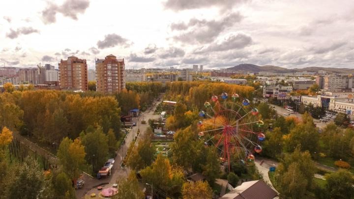 Порывистый ветер и туман надвигаются на Красноярск